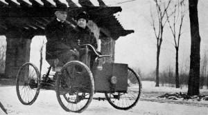 Henry Ford dans sa première voiture (avec sa femme)
