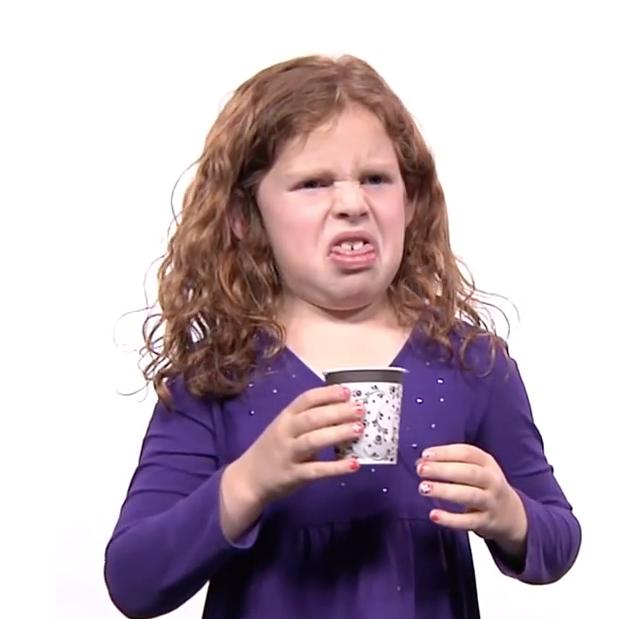 enfant grimace café