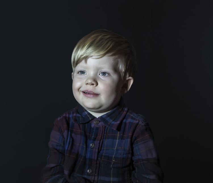 Des photographies glaçantes d'enfants devant la télévision...